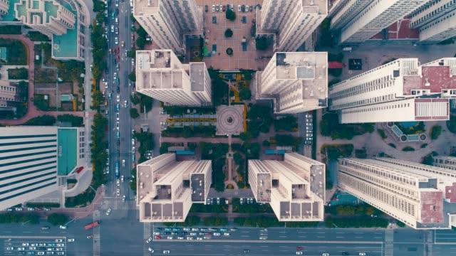 konut binasının havadan görünümü - uzun fiziksel özellikler stok videoları ve detay görüntü çekimi