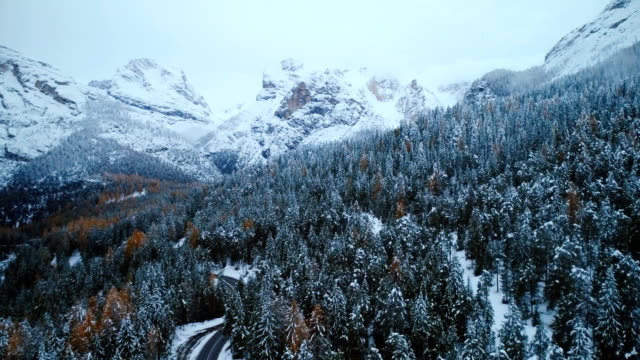 vídeos de stock e filmes b-roll de aerial view of road in winter - suíça