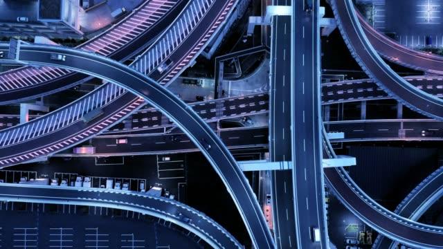 vidéos et rushes de vue aérienne de la jonction de la route dans la nuit - route surélevée