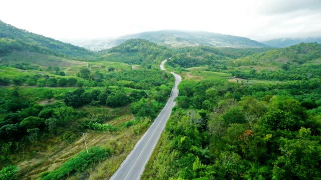 veduta aerea della strada sulla montagna - passo montano video stock e b–roll