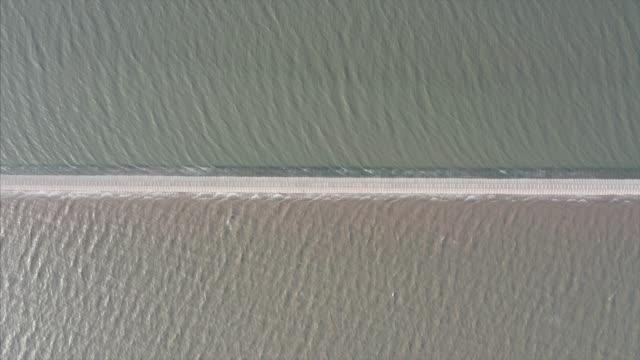 flygvy över vägen mot havet - separation bildbanksvideor och videomaterial från bakom kulisserna