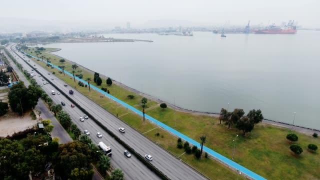 stockvideo's en b-roll-footage met luchtfoto van weg schepen en port.4k - baai