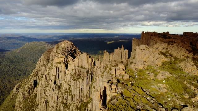vídeos de stock, filmes e b-roll de vista aérea de formação rochosa e montanhas - penedo