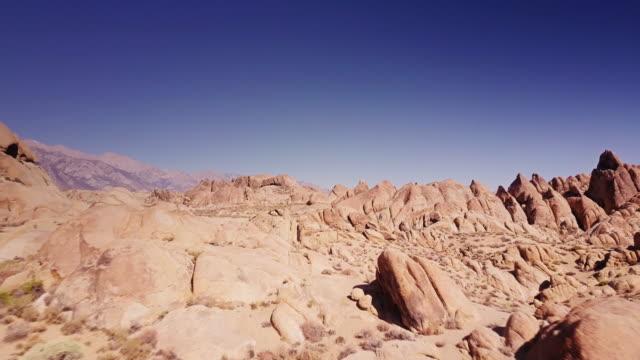 vidéos et rushes de vue aérienne des formations rocheuses à whitney portal - roc