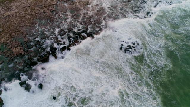 flygfoto över klippiga kusten med kraschar vågor i klipporna - high dynamic range imaging bildbanksvideor och videomaterial från bakom kulisserna