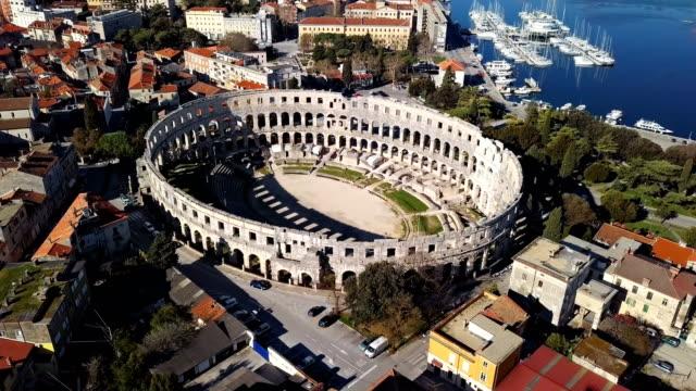 aerial view of roman amphitheatre in pula. istria, croatia - obiekt światowego dziedzictwa unesco filmów i materiałów b-roll