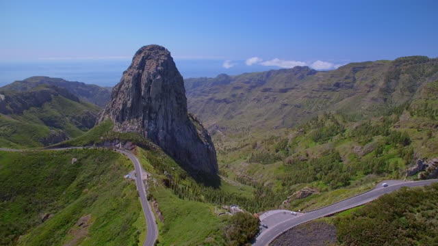 flygfoto över roque de agando - nationalparken garajonay på kanarieöarna la gomera - bergsrygg bildbanksvideor och videomaterial från bakom kulisserna