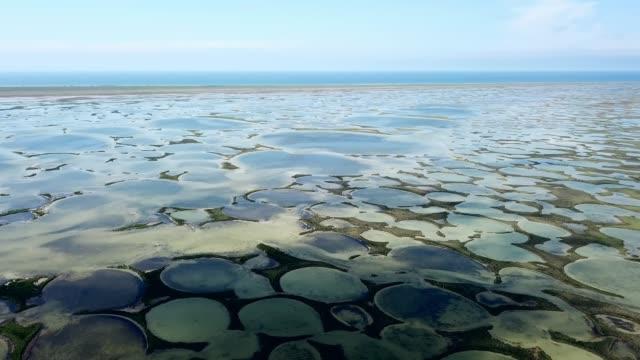 vidéos et rushes de vue aérienne des lacs ronds près de la mer - lac salé