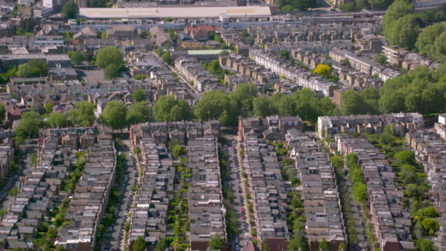 aerial view of rows of suburban victorian houses in london, uk. 4k - osiedle mieszkaniowe filmów i materiałów b-roll