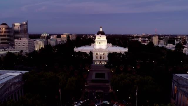 vídeos de stock, filmes e b-roll de vista aérea do capitólio do estado de sacramento - capitais internacionais