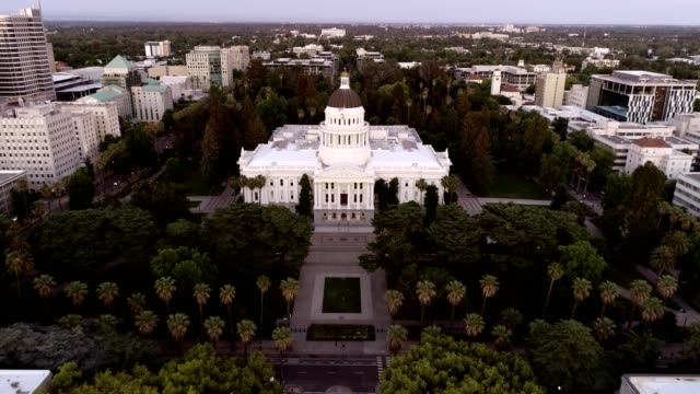 luftaufnahme des sacramento state capitol building - kapitell stock-videos und b-roll-filmmaterial