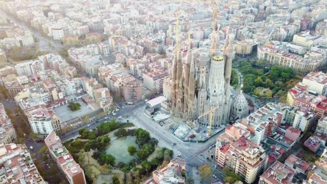 Vue aérienne de la cathédrale de la Sagrada Familia à Catalunya - Vidéo