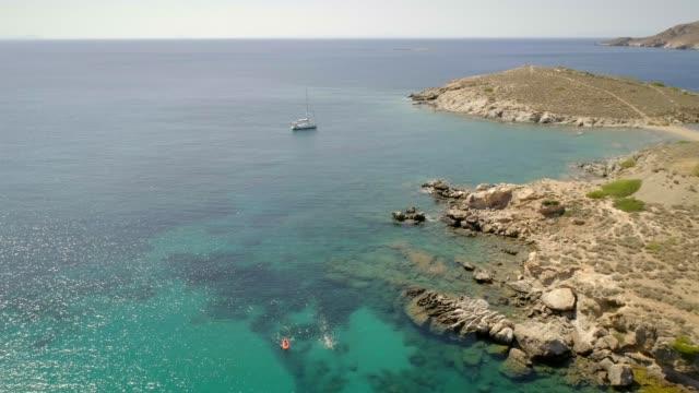 vídeos y material grabado en eventos de stock de vista aérea del barco de vela en el mediterráneo en grecia. - anclado