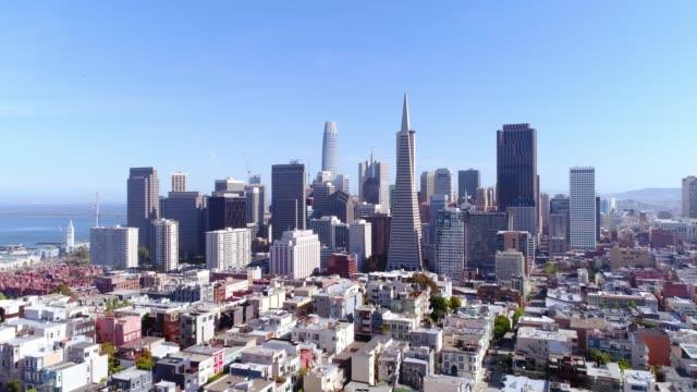 아름 다운 화창한 맑은 날에 샌프란시스코 도시의 스카이 라인의 항공 보기 - 스카이라인 스톡 비디오 및 b-롤 화면
