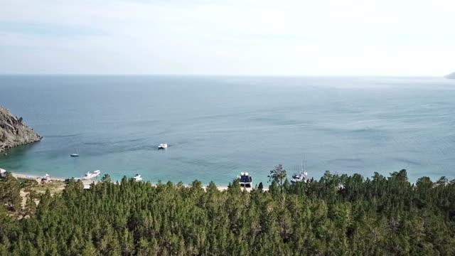 vídeos de stock e filmes b-roll de aerial view of sand beach and crystal clean water of baikal lake. - lago baikal