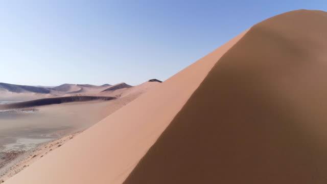 vídeos de stock, filmes e b-roll de vista aérea da duna de areia - contrastes