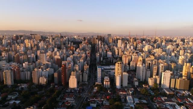 vídeos de stock, filmes e b-roll de aerial view de são paulo, brasil - sol nascente horizonte drone cidade
