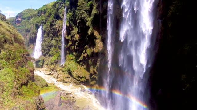 luftaufnahme des malerischen wasserfall auf klippe gebirge, maling-river-canyon, guizhou provinz, china - kaskaden gebirge stock-videos und b-roll-filmmaterial