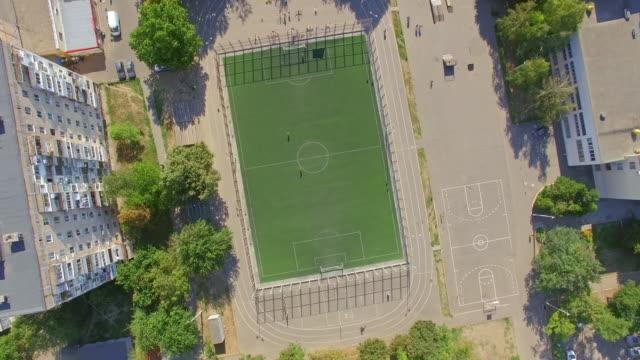校庭のサッカー フィールドの空撮 - 校庭点の映像素材/bロール