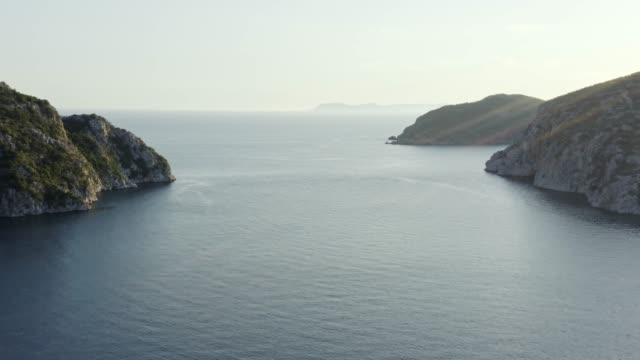 flygfoto över havsscpae och klippiga kusten på sidorna. - egeiska havet bildbanksvideor och videomaterial från bakom kulisserna