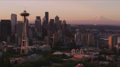 vidéos et rushes de vue aérienne de seattle au lever du soleil avec la space needle et du mont rainier. - horizon urbain