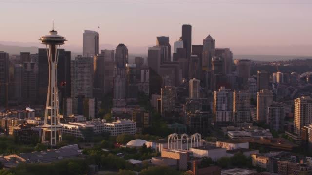 시애틀의 스페이스 니 들과 산 레이니어에 공중 보기. - seattle 스톡 비디오 및 b-롤 화면