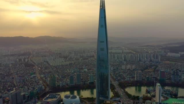 vídeos de stock e filmes b-roll de aerial view of seoul, south korea with lotte world tower building - seul