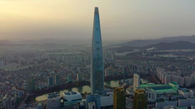 vídeos de stock, filmes e b-roll de vista aérea de seul, coreia do sul com lotte world tower building - coreia