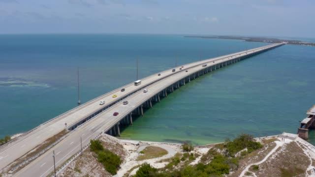 vídeos de stock e filmes b-roll de aerial view of seven mile bridge on the way to key west, florida keys, usa. spectacular drone shot of endless bridge over tropical waters - arquipélago