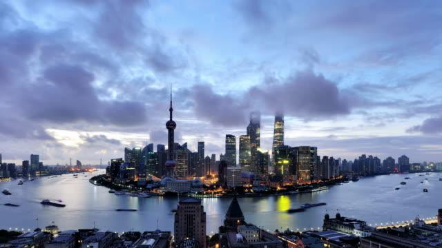 vídeos de stock, filmes e b-roll de 4k: vista aérea de shanghai cityscape, amanhecer ao lapso de tempo do dia - céu tempestuoso