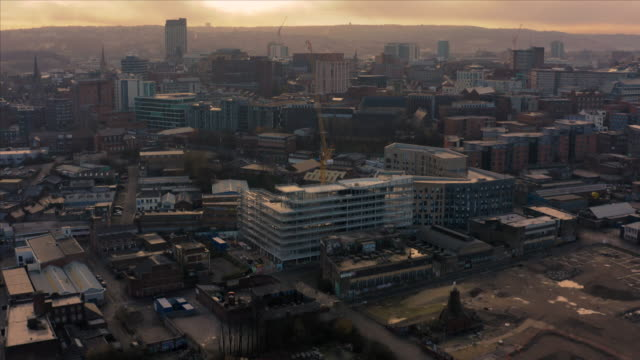 vídeos de stock, filmes e b-roll de vista aérea do centro de cidade de sheffield durante uma manhã fria gelada em dezembro 2019 - sol nascente horizonte drone cidade