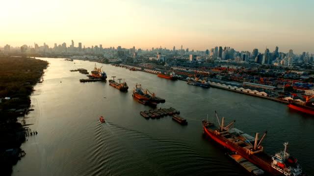 flygfoto över fartyget i chao praya floden bangkok thailand - flod vatten brygga bildbanksvideor och videomaterial från bakom kulisserna