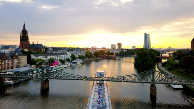 vídeos de stock e filmes b-roll de aerial view of ship on main the river in frankfurt during beautiful sunrise - alemanha