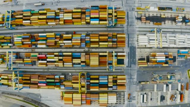 vídeos de stock, filmes e b-roll de vista aérea de recipientes de transporte em uma doca na porta - vinho do porto