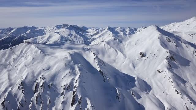 flygfoto över skidbackar i horberg-området, mayrhofen ski, tyrolen, österrike. påskyndas från 24 fps. - delstaten tyrolen bildbanksvideor och videomaterial från bakom kulisserna