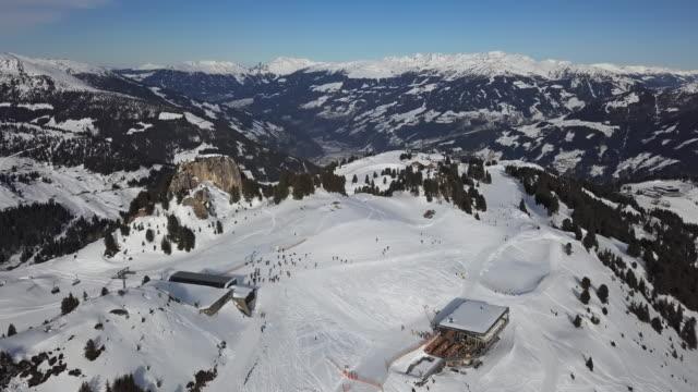 ペンケン地区、マイヤーホーフェンスキーリゾート、チロル、オーストリアのスキー場でスキーヤーの空中写真。 - チロル州点の映像素材/bロール