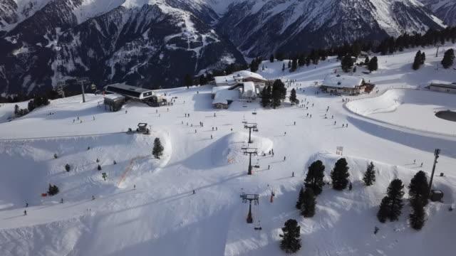ペンケンエリア、マイヤーホーフェンスキーリゾート、チロル、オーストリアのスキー場でのスキーヤーの空中写真。 - チロル州点の映像素材/bロール