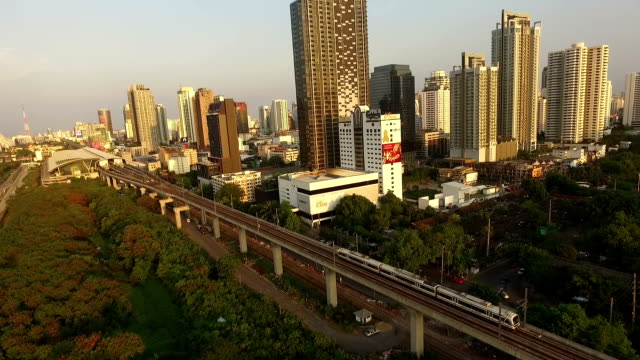 vista aerea di cielo trian massa transito di bangkok tailandia - subway video stock e b–roll