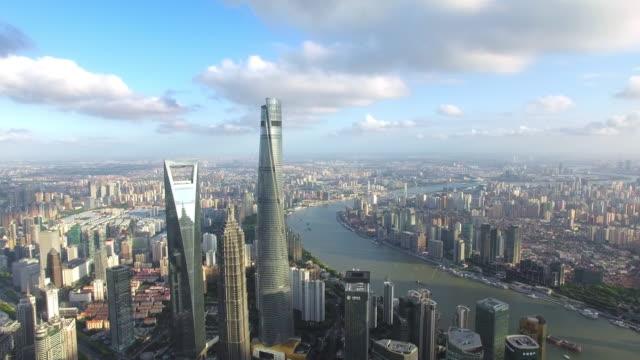 luftaufnahme von wolkenkratzer in shanghai, footage-shooting von drohne - china stock-videos und b-roll-filmmaterial