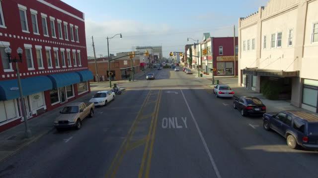 하늘에서 바라본 작은 아메리카 - 도시 거리 스톡 비디오 및 b-롤 화면