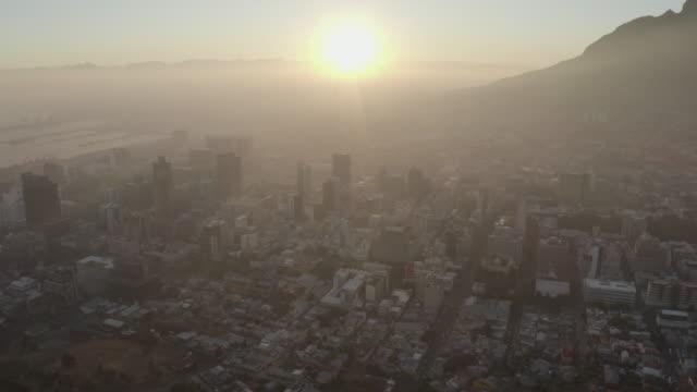 日の出時にケープタウン市内中心部にぶら下がっているスモッグと汚染の4k空中ビュー - 気体点の映像素材/bロール