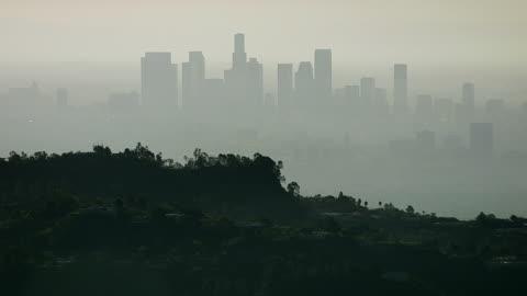 vidéos et rushes de smoggy vue aérienne de los angeles, d'hollywood hills - brouillard
