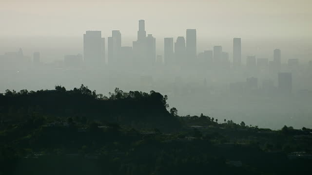veduta aerea di tra tassisti infuriati los angeles dalle colline di hollywood - smog video stock e b–roll