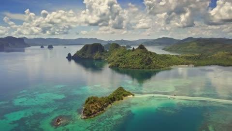 veduta aerea dell'isola dei serpenti, el nido, palawan, filippine - isola video stock e b–roll