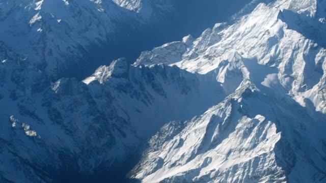 flygfoto över snö topp bergskedja i vinter - bergsrygg bildbanksvideor och videomaterial från bakom kulisserna