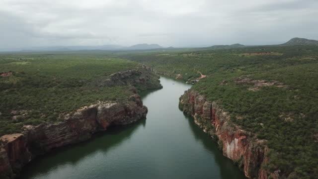 vídeos de stock, filmes e b-roll de vista aérea do rio de são francisco, em bazil - nordeste