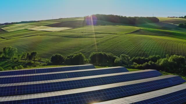 flygfoto över solgården, solnedgången. rader av moderna solceller solpaneler. förnybar ekologisk energikälla från solen. - klimat bildbanksvideor och videomaterial från bakom kulisserna