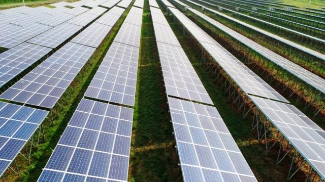 태양광이 있는 태양전지 패널 농장(태양전지)의 4k 조감도 - 태양 에너지 스톡 비디오 및 b-롤 화면