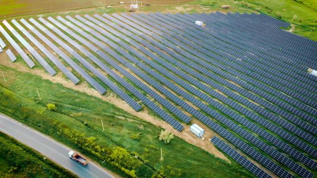 Satellitvy av sol paneler nära motorväg video