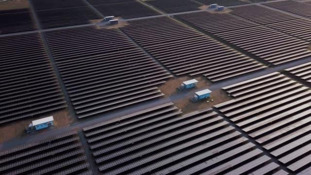 vídeos de stock e filmes b-roll de aerial view of solar power station farm alternative energy - equipamento solar
